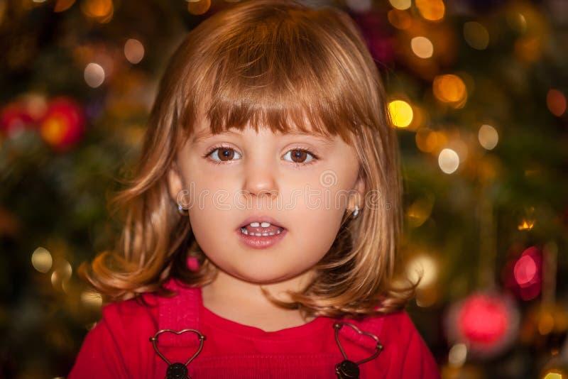 Leuk meisje voor Kerstboom stock afbeeldingen
