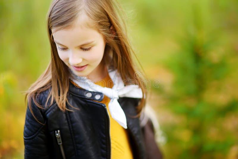Leuk meisjeportret op de herfstdag bij stadspark stock foto's