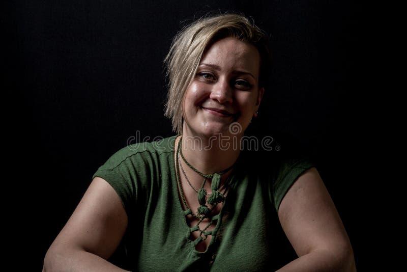 Leuk model die humbly glimlachen stock fotografie