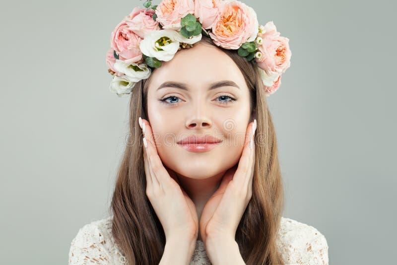 Leuk ModelWoman met Duidelijke Huid, Natuurlijke Make-up en de Lentebloemen Huidzorg, ontspanning en de lenteconcept stock foto