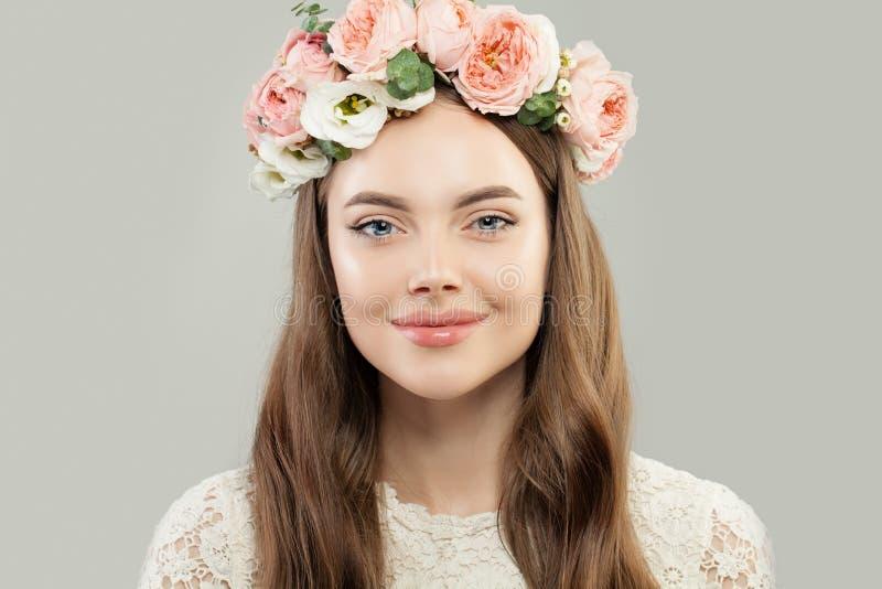 Leuk Modelwoman smiling op Gray Background Mooi Meisje met Duidelijke Huid en Make-up die Bloemenkroon dragen royalty-vrije stock foto's