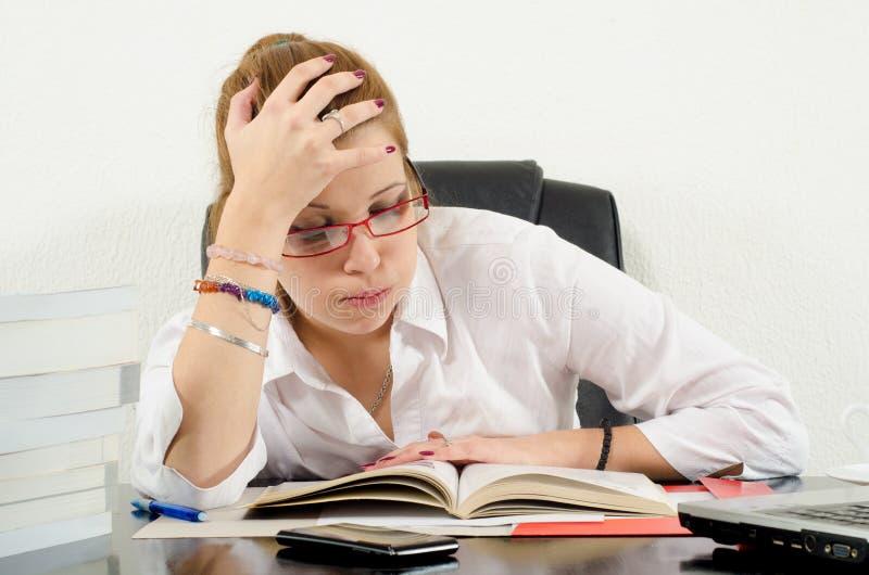 Leuk mollig meisje die voor examens voorbereidingen treffen royalty-vrije stock afbeeldingen