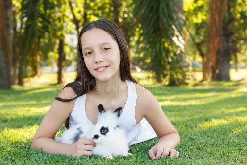 Leuk mooi glimlachend tienermeisje op gras met wit en zwart r royalty-vrije stock afbeeldingen