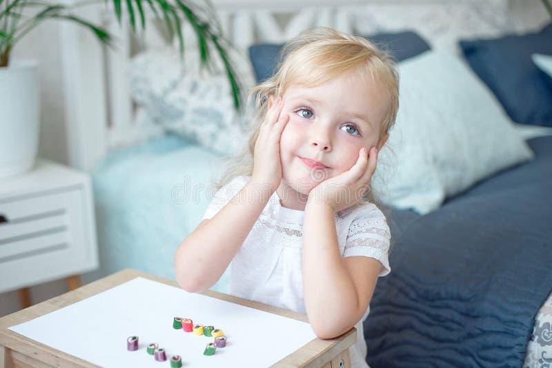 Leuk mooi meisje met haar handen aan haar wangen royalty-vrije stock foto