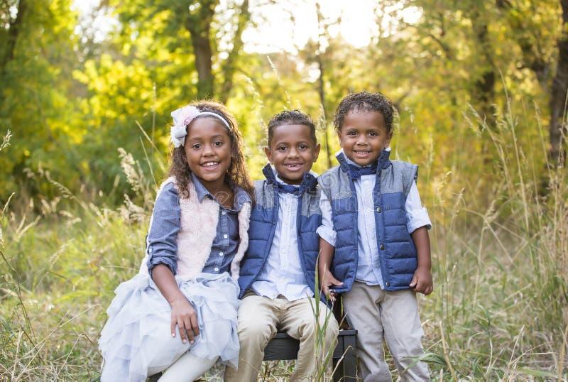 Leuk openluchtportret van drie raciaal diverse kinderen royalty-vrije stock foto