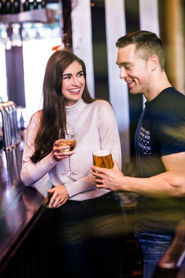 Leuk paar die in een bar spreken royalty-vrije stock afbeeldingen