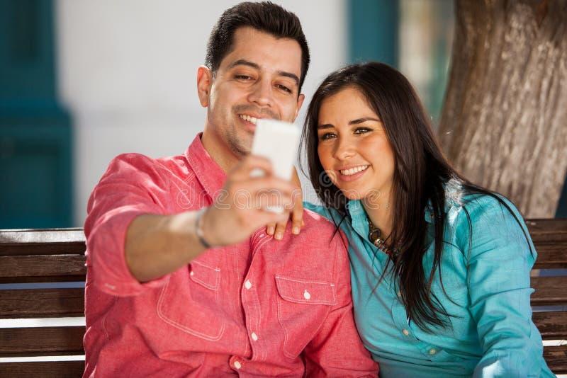 Leuk paar die een selfie nemen royalty-vrije stock foto