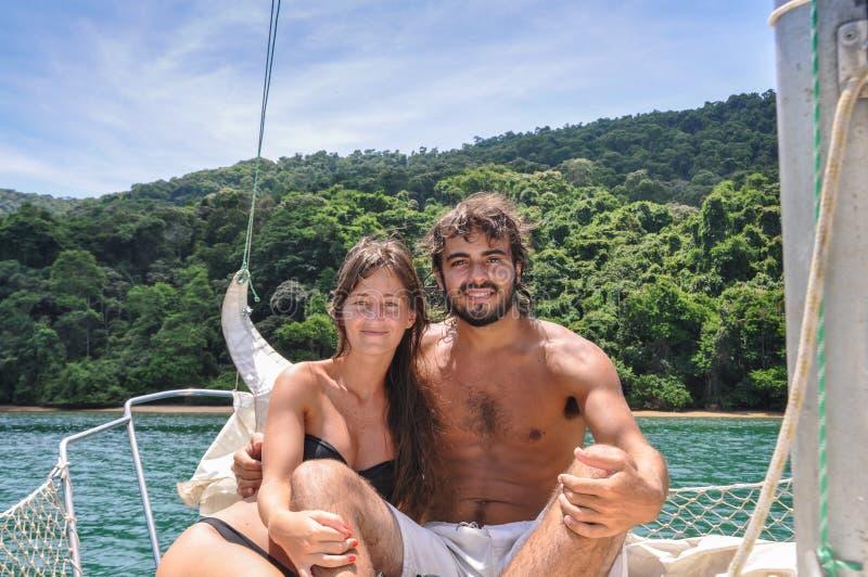 Leuk Paar die in liefde door de tropische eilanden van Paraty varen bustehouder stock afbeelding