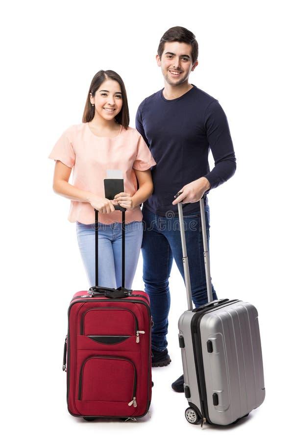 Leuk paar die op een reis samen gaan royalty-vrije stock afbeelding