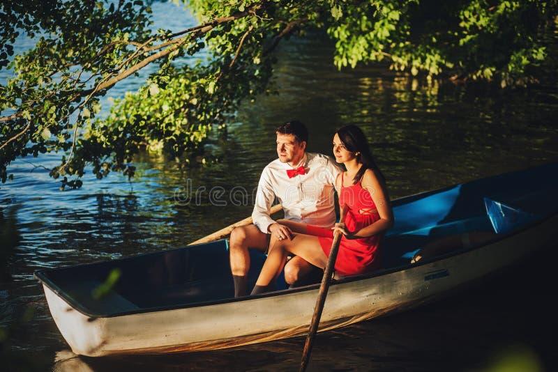 Leuk paar in een boot stock afbeelding