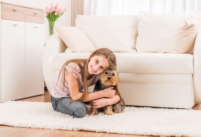 Leuk puppy en gelukkig jong meisje stock foto