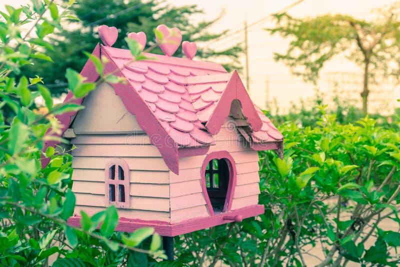 Leuk roze pastelkleurvogelhuis voor de decoratie van de huistuin in v royalty-vrije stock foto