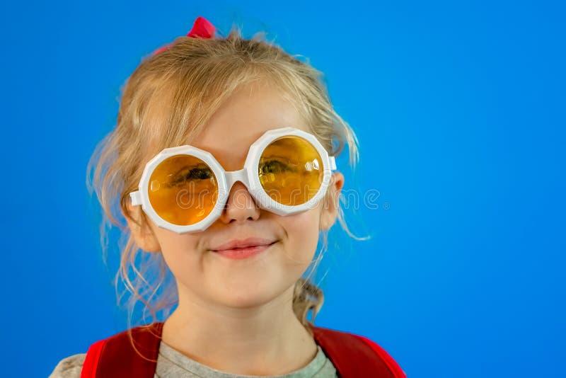Leuk schoolmeisje met partijglazen stock afbeeldingen
