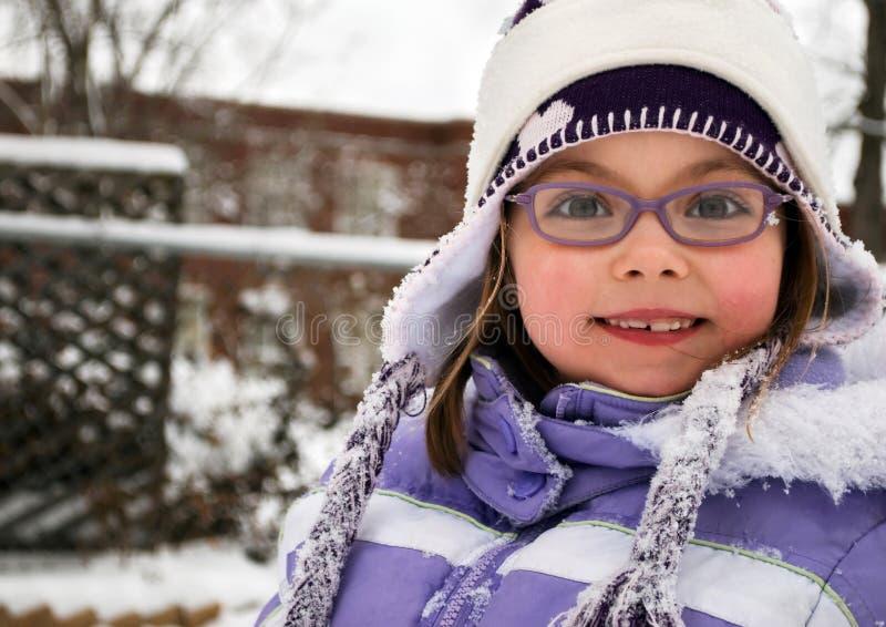 Leuk schoolmeisje op een de winterdag royalty-vrije stock afbeelding