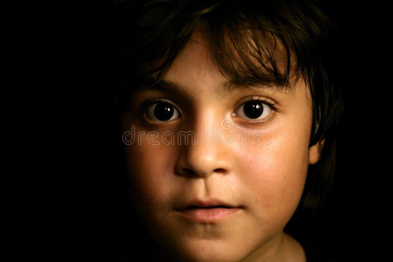 Leuk Spaans jong kind dat vooruit kijkt stock fotografie