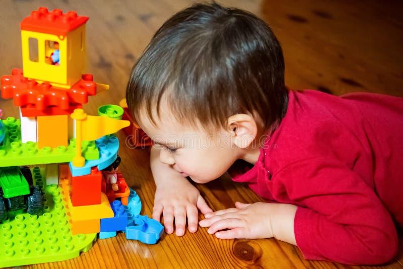 Leuk speelt weinig jongen met speelgoed stock afbeelding