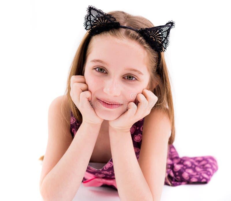 Leuk tienermeisje dat zwarte kattenoren draagt stock afbeelding