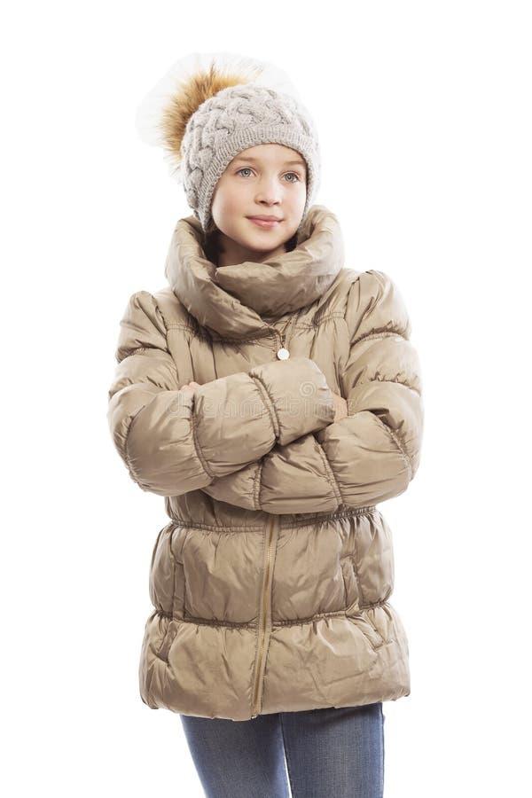 Leuk tienermeisje in de winterjasje en hoed stock foto