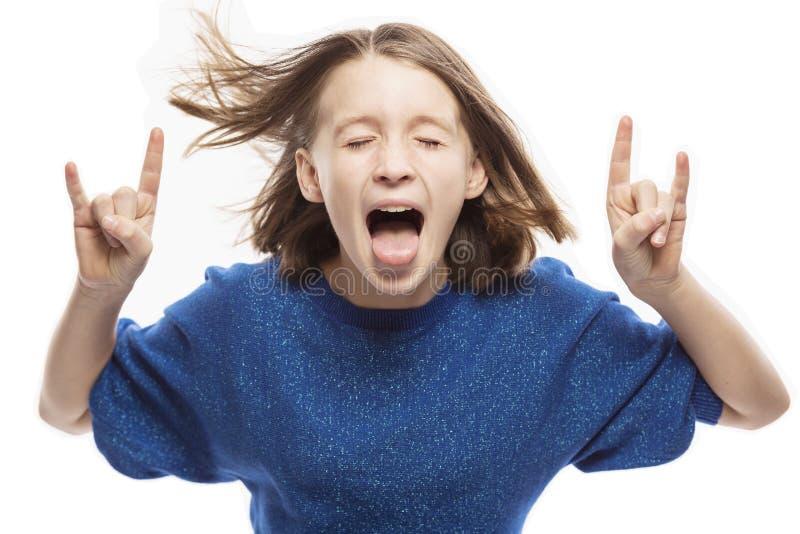 Leuk tienermeisje die rond met tong uit het hangen voor de gek houden, close-up royalty-vrije stock afbeeldingen