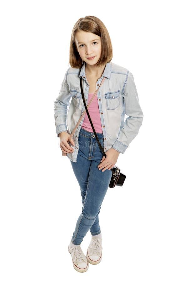 Leuk tienermeisje met oude camera, volledige die lengte, op witte achtergrond wordt geïsoleerd royalty-vrije stock afbeelding