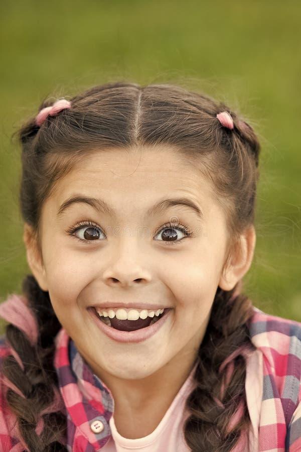 Leuk verrast meisje met glimlach op haar gezicht Uitdrukking van Geluk Ogenblik van unexpectancy Het verheugen zich op heden royalty-vrije stock afbeeldingen