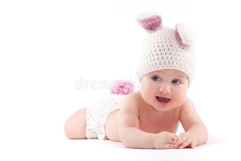 Leuk vrolijk babymeisje in konijnkostuum stock afbeeldingen