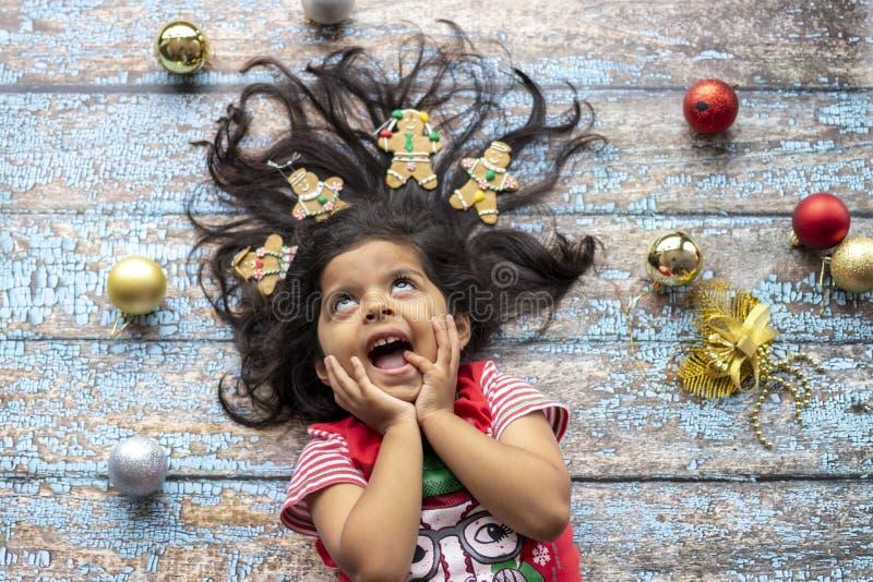 Leuk vrolijk glimlachend meisje met verfraaid Kerstmishaar met peperkoekmensen royalty-vrije stock foto