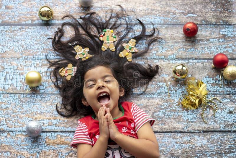 Leuk vrolijk glimlachend meisje met verfraaid Kerstmishaar met peperkoekmensen royalty-vrije stock foto's