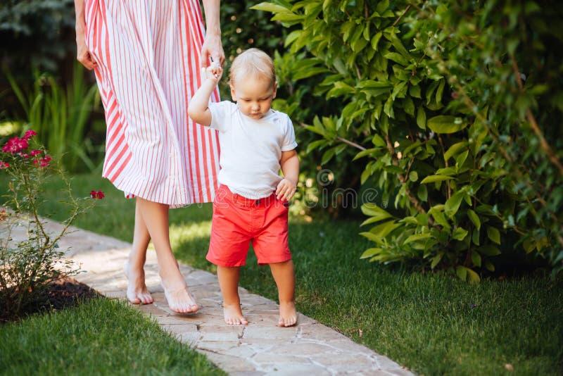 Leuk vrolijk kind met moeder royalty-vrije stock fotografie