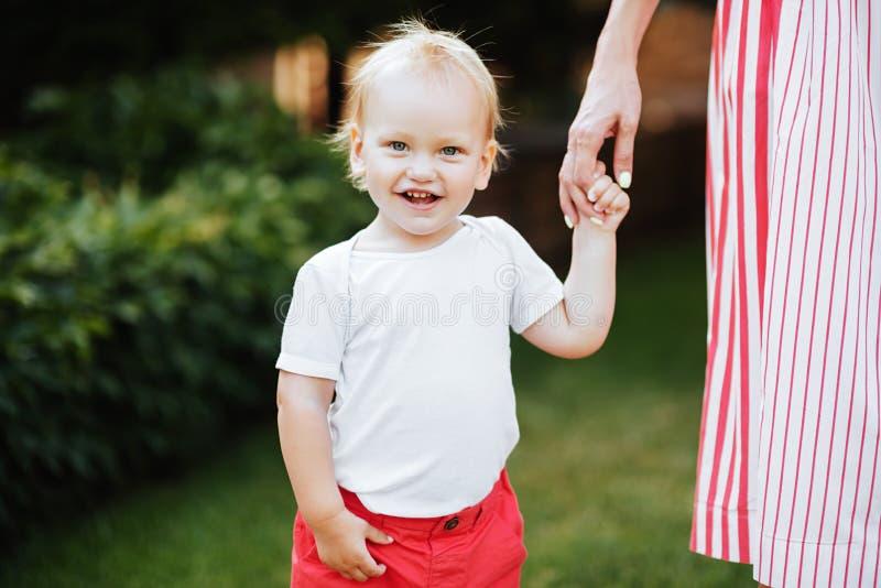 Leuk vrolijk kind met moeder stock afbeelding