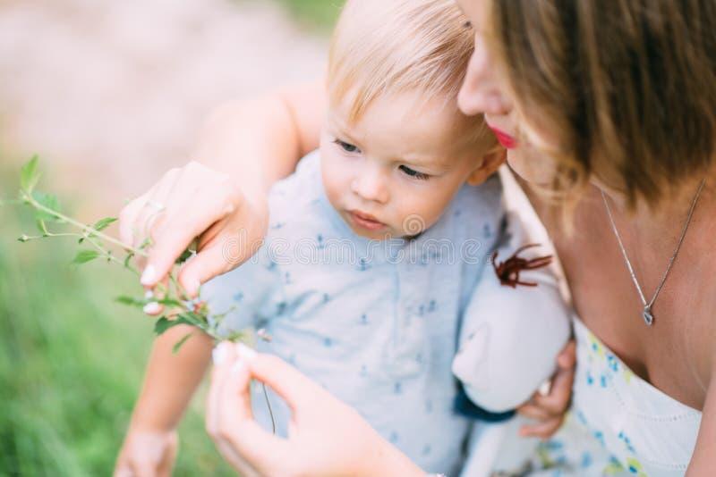 Leuk vrolijk kind met moederspel in openlucht in park royalty-vrije stock afbeeldingen