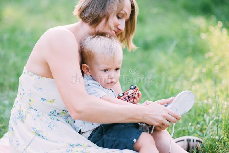 Leuk vrolijk kind met moederspel in openlucht in park royalty-vrije stock foto's