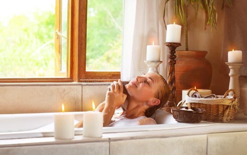 Leuk vrouwelijk nemend bad stock afbeeldingen