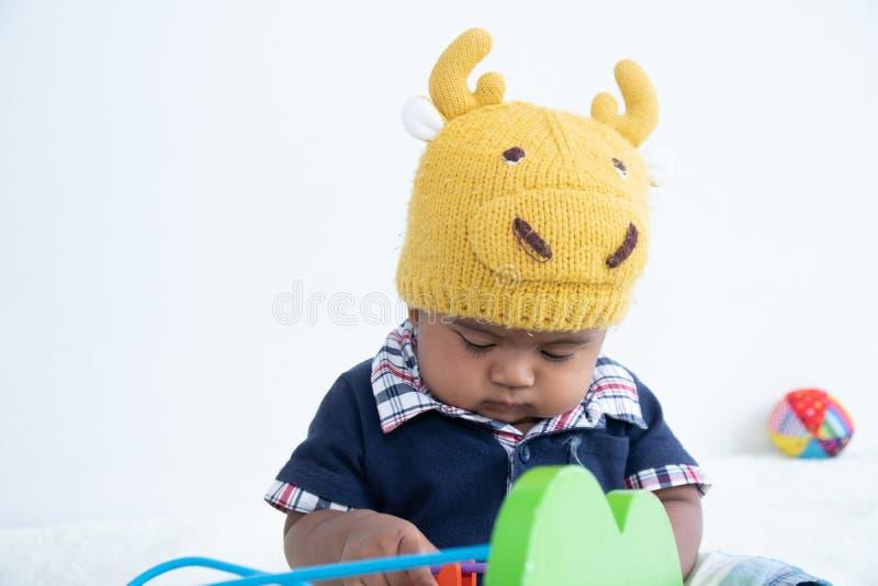 Leuk weinig Aziatisch het spelstuk speelgoed van de babyjongen royalty-vrije stock afbeelding