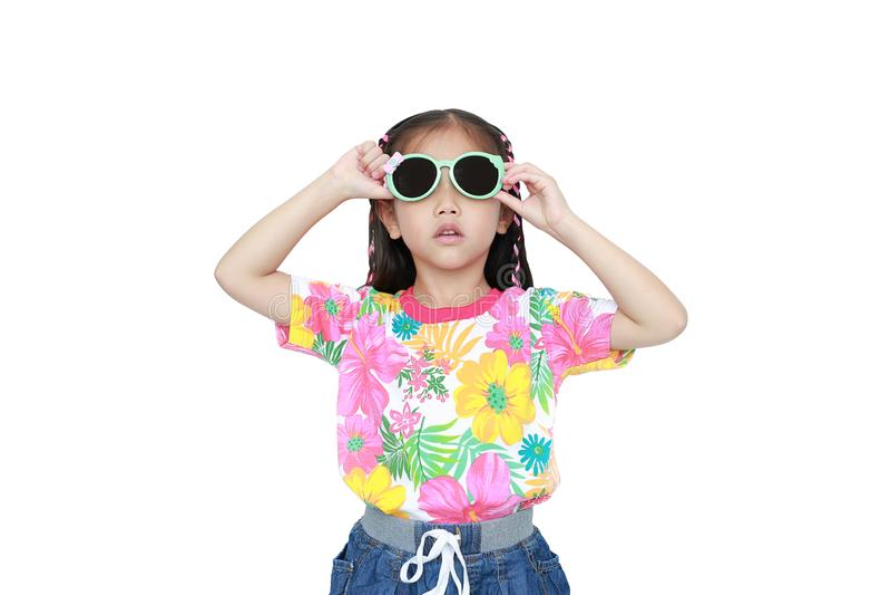 Leuk weinig Aziatisch jong geitjemeisje die een kleding en de zonnebril dragen die van de bloemenzomer op witte achtergrond wordt stock foto