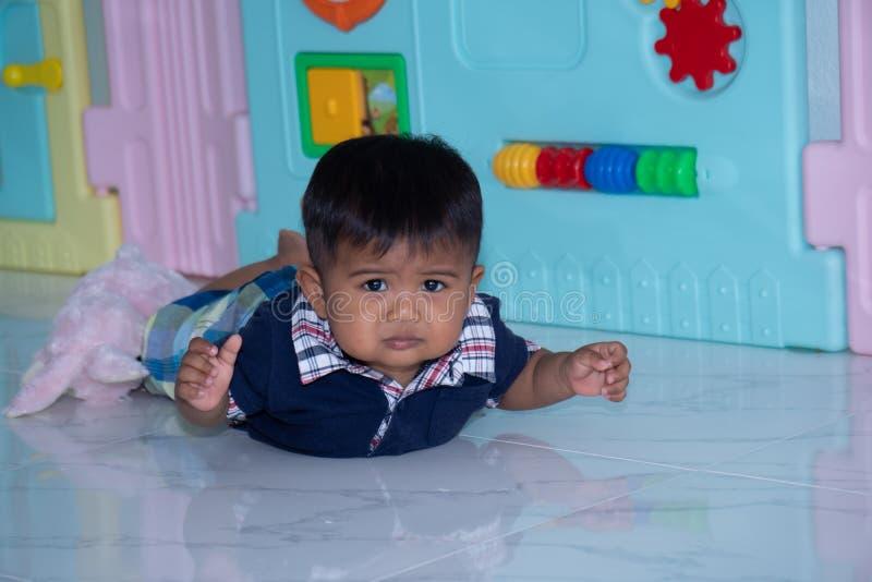 Leuk weinig Aziatische babyjongen die op zachte deken liggen royalty-vrije stock afbeelding