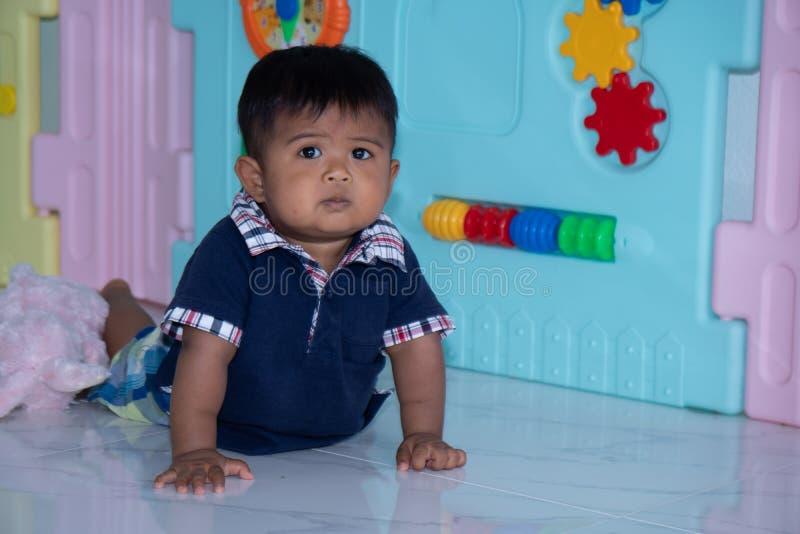 Leuk weinig Aziatische babyjongen die op zachte deken ligt royalty-vrije stock afbeeldingen