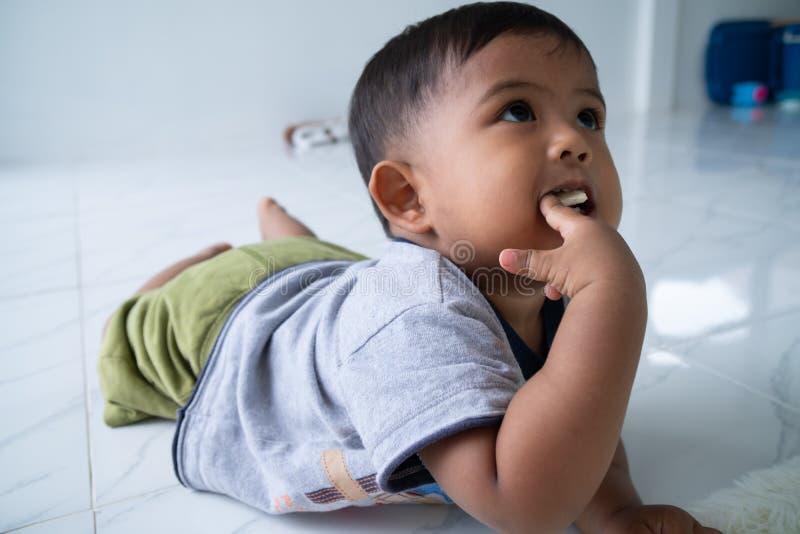 Leuk weinig Aziatische babyjongen stock afbeeldingen