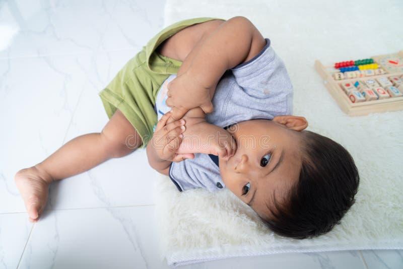 Leuk weinig Aziatische babyjongen stock afbeelding