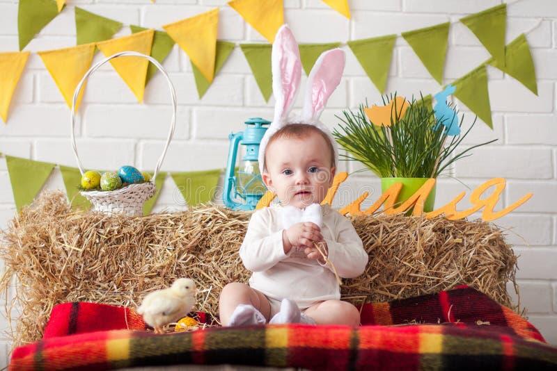 Leuk weinig baby die konijntjesoren op Pasen-dag dragen stock afbeelding