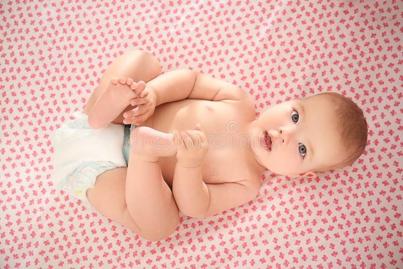 Leuk weinig baby die in voederbak liggen stock afbeeldingen