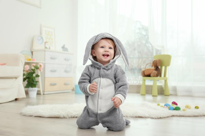 Leuk weinig baby in konijntjeskostuum stock foto
