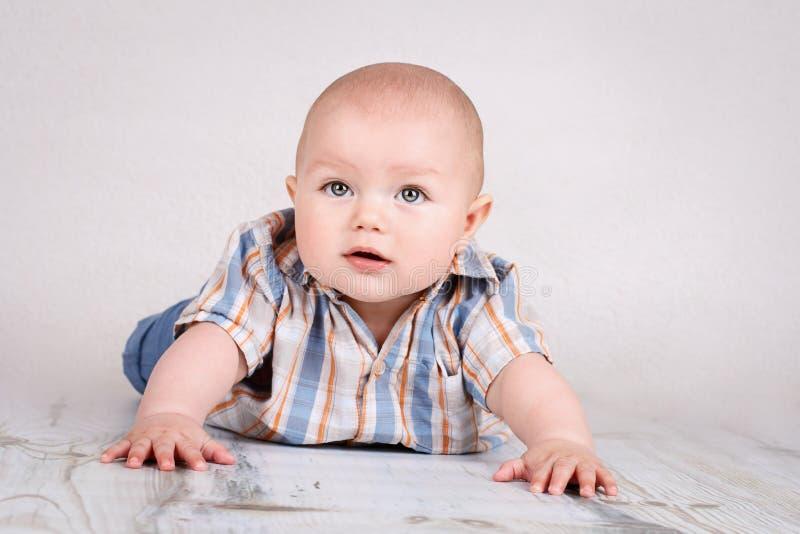 Leuk weinig babyjongen die op de vloer kruipen royalty-vrije stock afbeelding