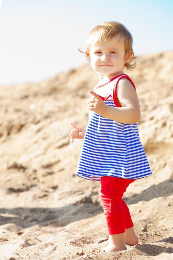 Leuk weinig babymeisje op het strand stock afbeeldingen