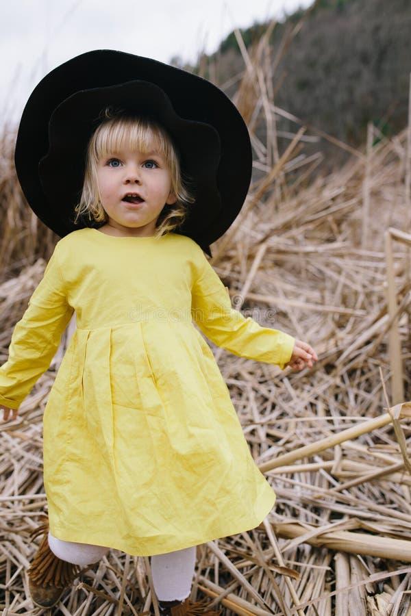 Leuk weinig blond meisje in grote hoed stock afbeeldingen