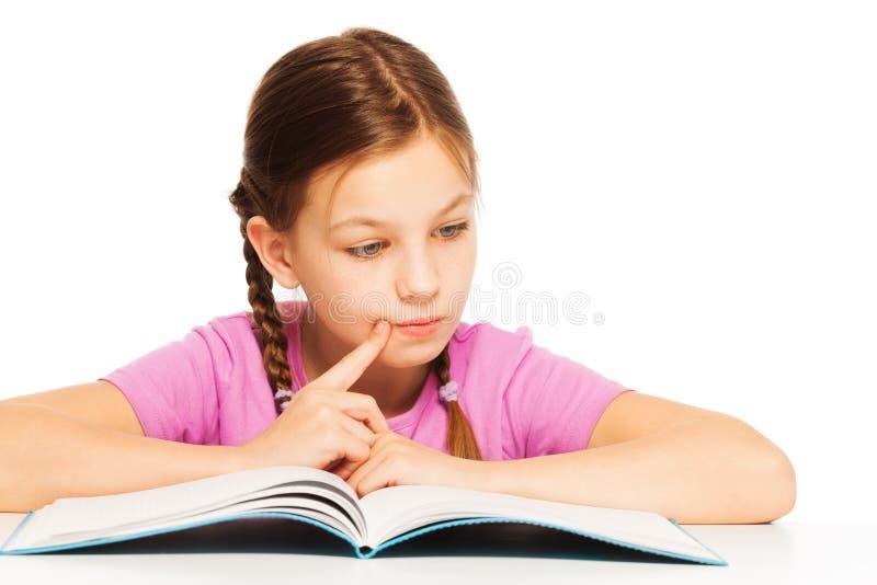 Leuk weinig boek van de schoolmeisjelezing royalty-vrije stock afbeelding