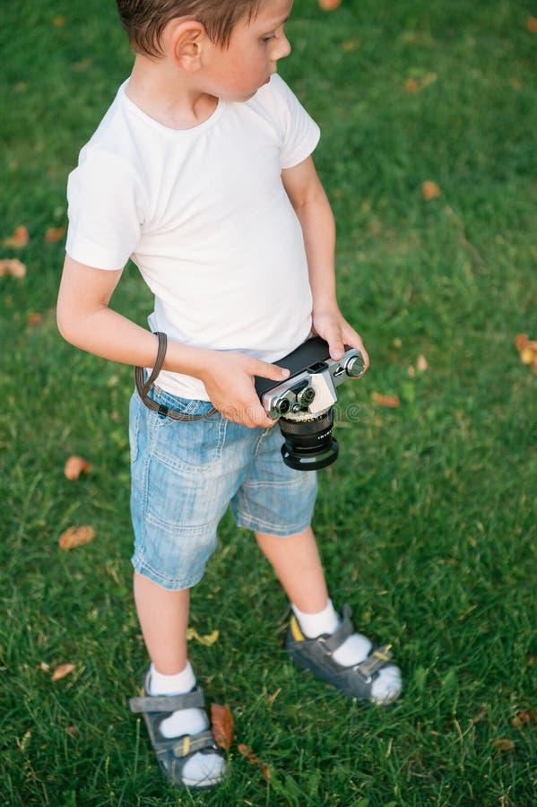Leuk weinig de filmcamera van de jongensholding royalty-vrije stock afbeeldingen