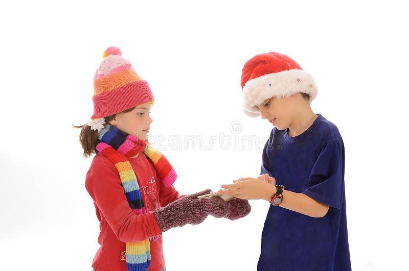Leuk weinig de wintermeisje en jongen met sneeuwvlok royalty-vrije stock afbeelding