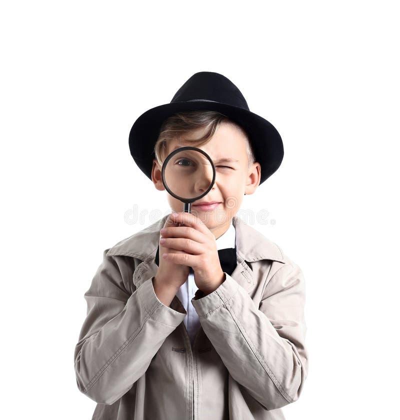 Leuk weinig detective met vergrootglas op witte achtergrond royalty-vrije stock foto's