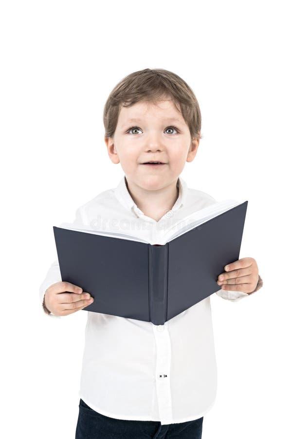 Leuk weinig geïsoleerde jongen met een boek, stock foto